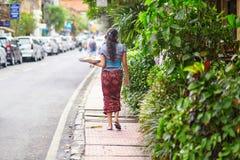 Ofrendas que llevan de la mujer del Balinese a dioses Imagen de archivo