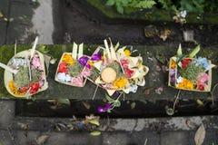 Ofrendas tradicionales del balinese en una cesta en Ubud, Bali, Indonesia Imagen de archivo