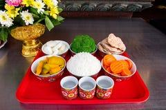 Ofrendas tradicionales a dioses con la comida o la verdura Fotos de archivo