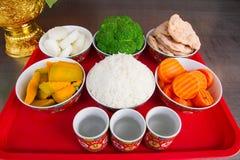 Ofrendas tradicionales a dioses con la comida o verdura o fruta de Fotografía de archivo libre de regalías