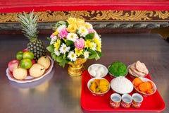 Ofrendas tradicionales a dioses con la comida o verdura o fruta de Imágenes de archivo libres de regalías
