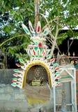 Ofrendas tradicionales para dios antes de la estructura una casa en Bali Foto de archivo libre de regalías