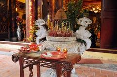 Ofrendas tradicionales para las bebidas espirituosas y dioses en un templo Hanoi, V Imágenes de archivo libres de regalías