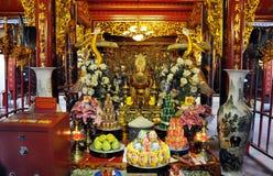 Ofrendas tradicionales para las bebidas espirituosas y dioses en un templo Hanoi, V Fotos de archivo libres de regalías