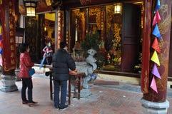 Ofrendas tradicionales para las bebidas espirituosas y dioses en un templo Hanoi, V Fotografía de archivo libre de regalías