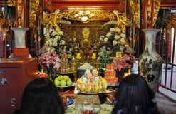 Ofrendas tradicionales para las bebidas espirituosas y dioses en un templo Hanoi, V Imagen de archivo libre de regalías