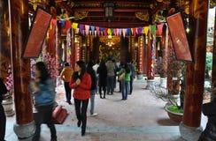 Ofrendas tradicionales para las bebidas espirituosas y dioses en un templo Hanoi, V Fotos de archivo