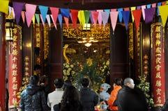 Ofrendas tradicionales para las bebidas espirituosas y dioses en un templo Hanoi, V Imagenes de archivo