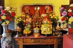 Ofrendas tradicionales para las bebidas espirituosas y dioses en un templo Hanoi, V Foto de archivo