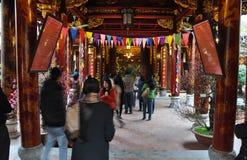 Ofrendas tradicionales para las bebidas espirituosas y dioses en un templo Hanoi, V Foto de archivo libre de regalías