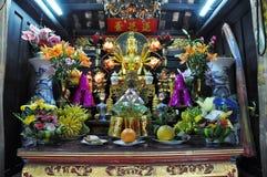 Ofrendas tradicionales para las bebidas espirituosas y dioses en una pagoda Hanoi, V Imagenes de archivo