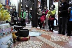 Ofrendas tradicionales para las bebidas espirituosas y dioses en una pagoda Hanoi, V Imágenes de archivo libres de regalías