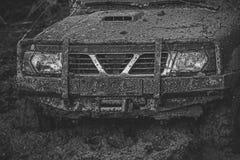 Ofroad für harten Mann Teil Autos des nicht für den Straßenverkehr fest im Schlamm auf dunklem Hintergrund Stockfoto
