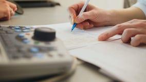 Oftalmologi - doktorn skriver en rapport av diagnosen arkivbild