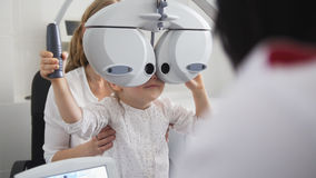 Oftalmologia dei bambini - optometrista Checks Eye della bambina Fotografie Stock