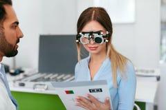 Oftalmologiekliniek Oogarts Testing Woman Eyesight stock afbeeldingen