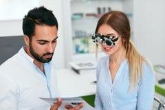 Oftalmologiekliniek Oogarts Testing Woman Eyesight stock foto