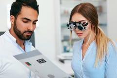 Oftalmologiekliniek Oogarts Testing Woman Eyesight royalty-vrije stock fotografie