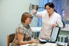 Oftalmologista e paciente Fotos de Stock Royalty Free