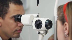 Oftalmologo che lavora con il paziente video d archivio
