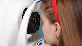 Oftalmologo di visita per il controllo dell'occhio stock footage
