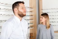 Oftalmologo e paziente femminile in deposito ottico fotografie stock