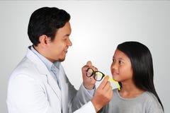 Oftalmologo Giving Eyeglasses ad una ragazza immagine stock