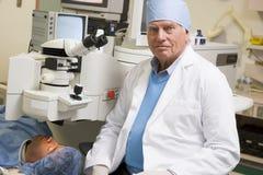 Oftalmoloog die de Behandeling van het Oog van de Laser uitvoert Stock Afbeeldingen