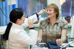 Oftalmoloog en patiënt Stock Afbeelding
