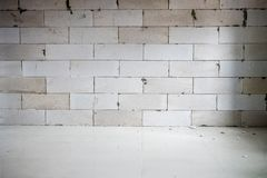 Ofullständiga skarvar för renoveringrumshow av tegelsten som bygger för att vara väggen, innan att rappa arkivbilder