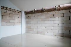 Ofullständiga skarvar för renoveringrumshow av tegelsten som bygger för att vara väggen, innan att rappa arkivbild
