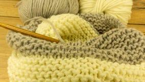 Ofullständigt handarbeteprojekt med en woolen boll arkivbild