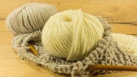Ofullständigt handarbeteprojekt med en woolen boll arkivbilder