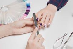 Ofwoman handen filing Definitief proces om manicure tot stand te brengen royalty-vrije stock foto