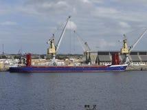 Ogólnego ładunku statek dokujący w porcie Obraz Stock