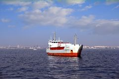 Ogólnego ładunku statek zakotwiczał pustego blisko do portu Walencja Obraz Stock