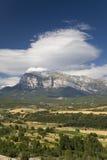 Ogólni szczytów widoki Cinca i aron rzeki od Ainsa, Huesca, Hiszpania w Pyrenees górach, stary izolujący miasteczko blisko Parque Zdjęcia Stock