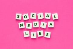 Ogólnospołeczni środków kłamstwa pisać z listami na różowym tle zdjęcie stock