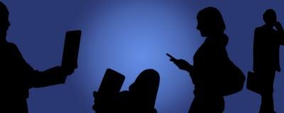 Ogólnospołeczni środki, ludzie bierze obrazki z telefonem w ręce ilustracji