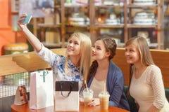 Ogólnospołeczni środki w kobiet robić zakupy Zdjęcia Royalty Free