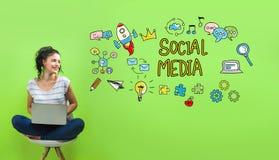 Ogólnospołeczni środki z młodą kobietą ilustracji