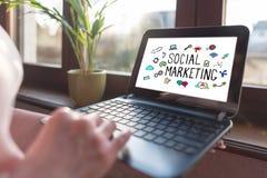 Ogólnospołeczny marketingowy pojęcie na laptopu ekranie obrazy royalty free