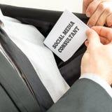 Ogólnospołeczny medialny konsultant usuwa wizytówkę od pock zdjęcie stock