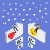Ogólnospołeczny medialny marketingu 3d isometric pojęcie Online datowanie i gadka Isometric ludzie siedzą na dialog pudełku Obraz Royalty Free