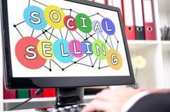 Ogólnospołeczny sprzedawania pojęcie na ekranie komputerowym zdjęcia royalty free