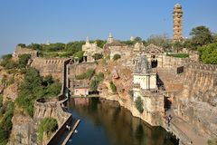 Ogólny widok Chittorgarh fort Garh z wierza zwycięstwo ramparts i Hinduskie świątynie, Chittorgarh, Rajasthan, India obrazy royalty free