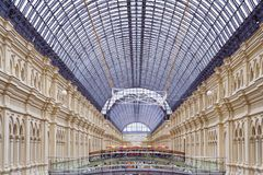 Ogólny widok na wnętrzu Główny Ogólnoludzki sklepu dziąsło w placu czerwonym editorial fotografia royalty free