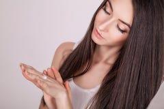 ogórkowa twarzy maski traktowania biała kobieta Kobieta w piękno salonie Stosować kosmetyczną śmietankę Piękna młoda kobieta stos Zdjęcia Royalty Free