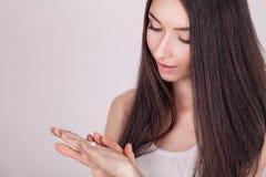 ogórkowa twarzy maski traktowania biała kobieta Kobieta w piękno salonie Stosować kosmetyczną śmietankę Piękna młoda kobieta stos Fotografia Royalty Free