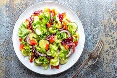 ogórkowej świeżej sałaty mieszanki sałatkowy pomidorowy warzywo fotografia stock